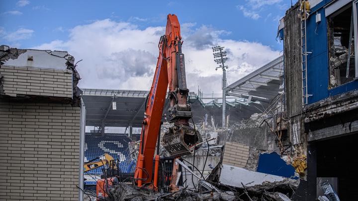 В Новосибирске сносят незаконно построенный торговый центр