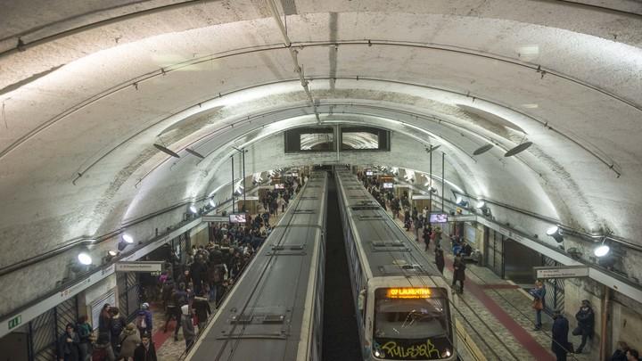 Видео: Туристку из Белоруссии зажало в поезде в римском метро