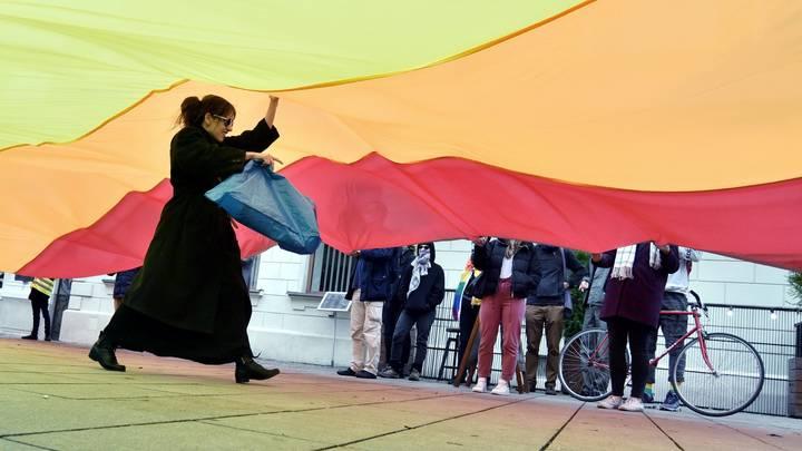 Pussy Riot с радужным флагом не нашли поддержки в Москве: Месяц безудержной психиатрии