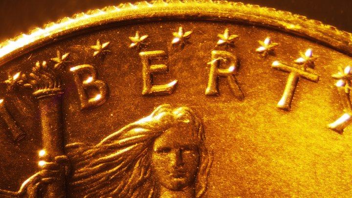 Цена на золото колеблется из-за удешевления доллара