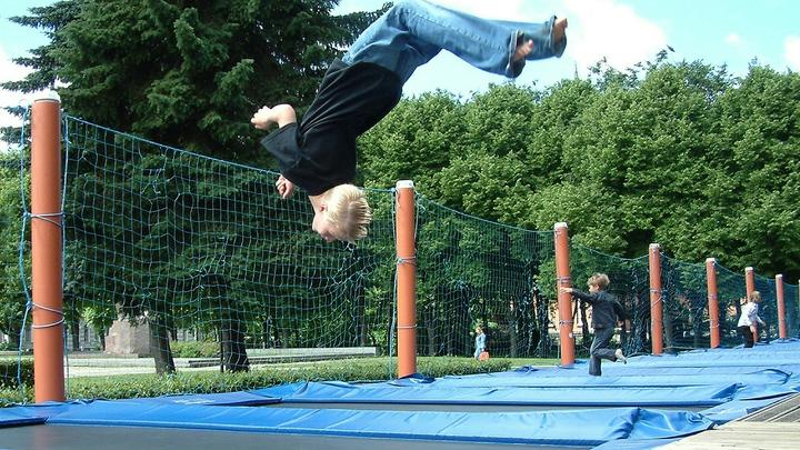 9-летний мальчик из Новосибирска сломал позвоночник во время прыжков на батуте