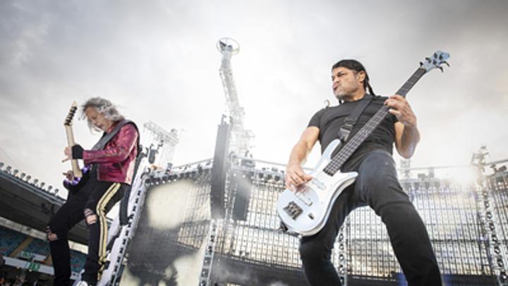 Если бы Цой спел Metallica: Гитарист Кино дал кавер-ответ на Группу крови и сорвал овации - видео