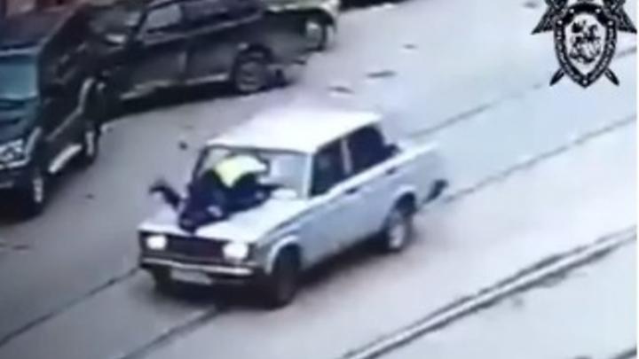 В центре Нижнего Новгорода подросток прокатил полицейского 500 метров на капоте