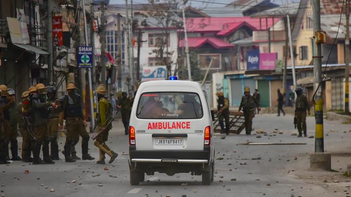 Школьный автобус рухнул в 30-метровое ущелье в Индии - видео