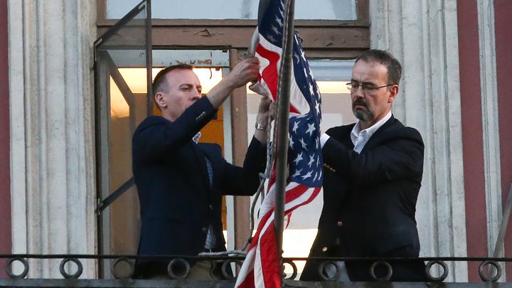 Знамени больше нет: Звездно-полосатый флаг США больше не развевается в Петербурге - видео
