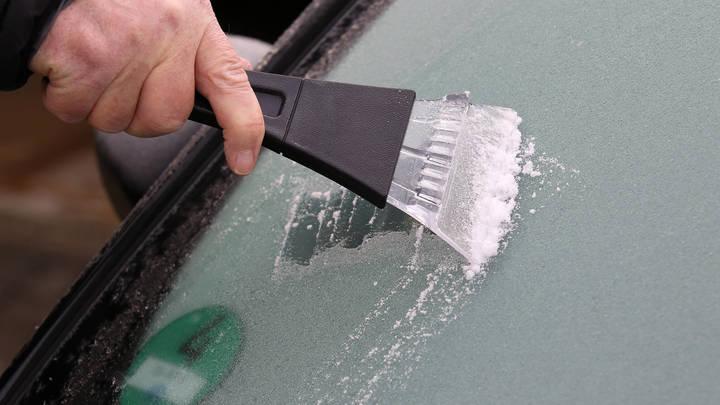 Топор не понадобится: Автоэксперт раскрыл способ безопасно освободить машину из ледяного плена