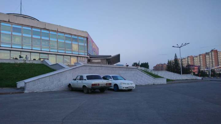В автомобиле на дороге у цирка в Кемерове скончался мужчина