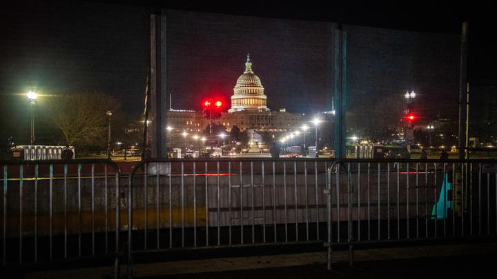 Он чуть не плакал: Спецслужбы США зачищают телеканалы перед инаугурацией Байдена - источник