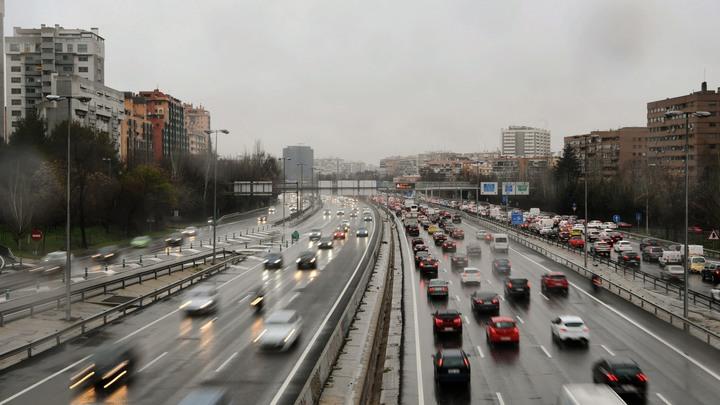 Осторожно, сдует: МЧС предупреждает жителей Москвы о сильном ветре
