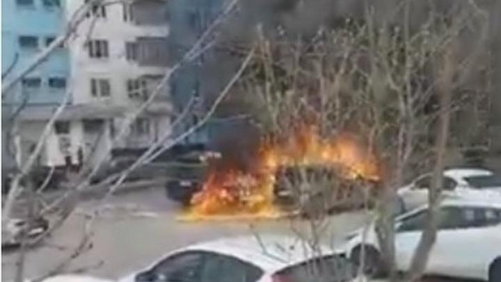 Когда что-то пошло не так: Пылающее авто сожгло парковку в Москве - видео