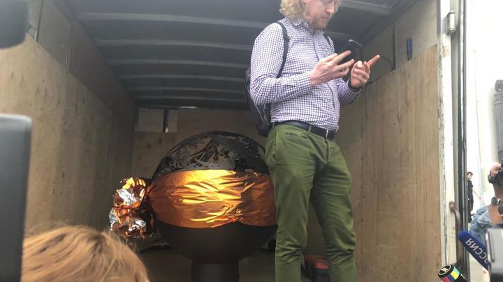 Подарок Собчак и Богомолову привезли на Газельке, а место празднования занавесили траурными шторами - фото