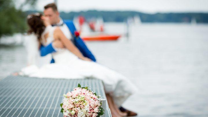 Упал, очнулся, но все забыл: После падения на свадьбе шотландец не вспомнил жену