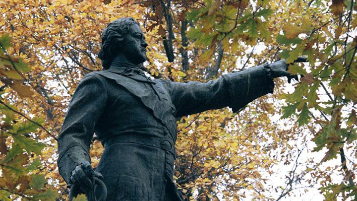 Это символично на фоне попыток Киева отмежеваться от Московского Патриархата: Германия подарила Украине грамоту Петра I