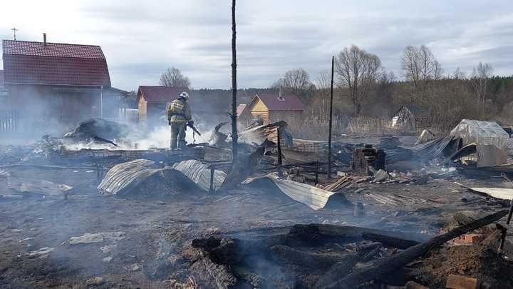 В Дальнеконстантиновском районе горят шесть дачных домов