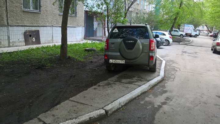 Как в Челябинске машины уничтожают газоны и что с этим делать