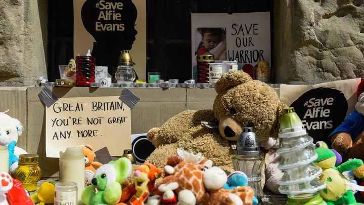 В Великобритании умер 2-летний мальчик, заморенный голодом по решению суда