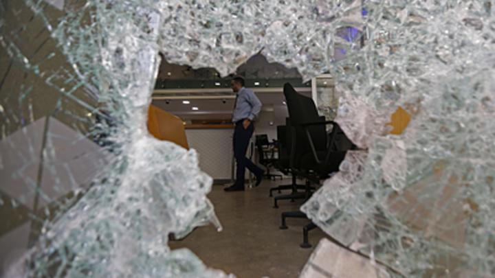 Метили в протестующих, а попали по дипломатам: Посольство России в Бейруте подверглось газовой атаке