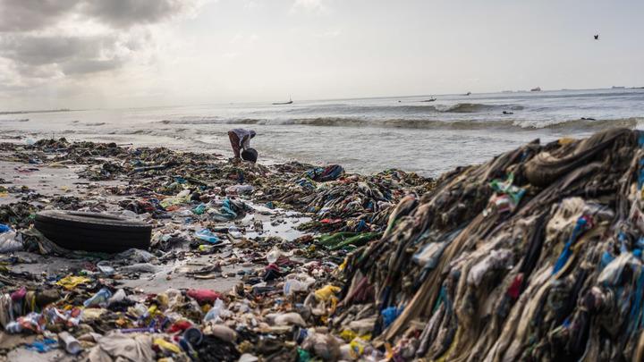 Загадочную болезнь рыбаков в Сенегале могла вызвать чёрная жижа