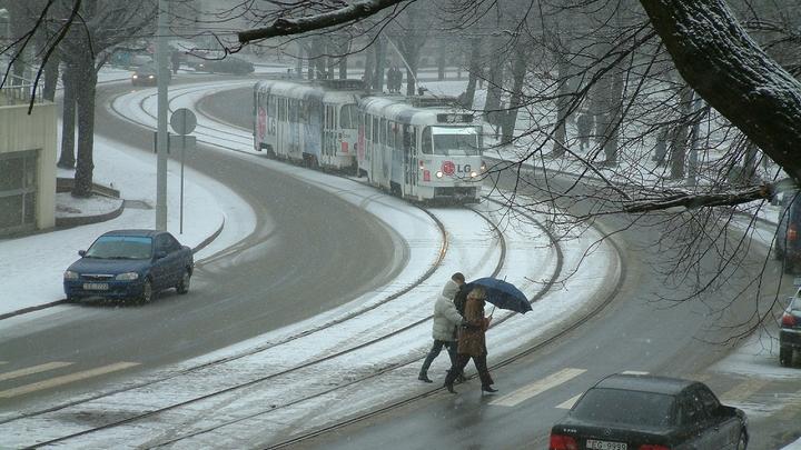 Санкт-Петербург заметает: дорожные службы устраняют последствия снегопада