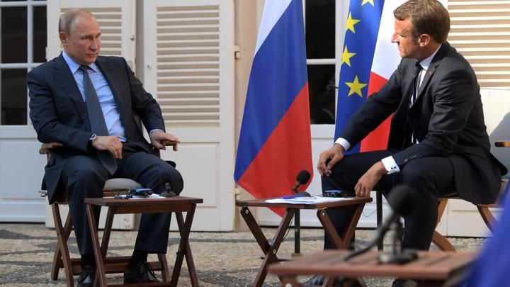 Сидеть! Стоять! Лежать!: Западные пользователи гадают, что Путин на самом деле говорил Макрону
