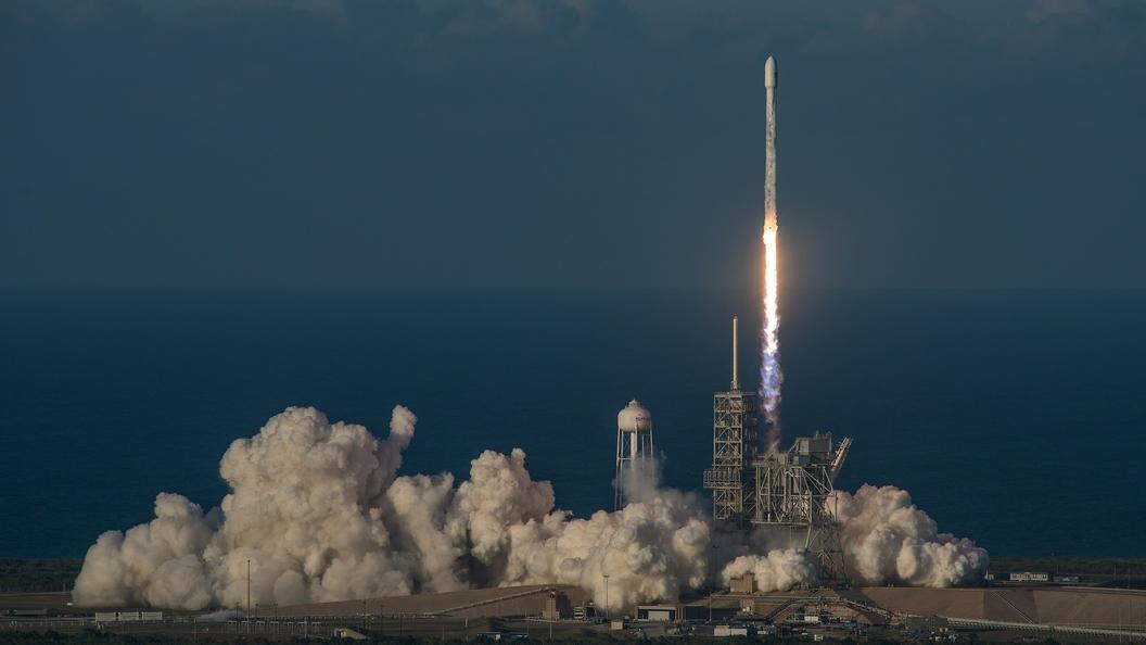 Первая ступень ракеты Falcon 9 приземлилась наплавучую платформу после запуска спутников