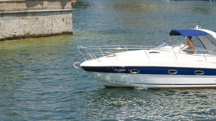 Неуправляемая моторная лодка на скорости протаранила причал в Перми - видео