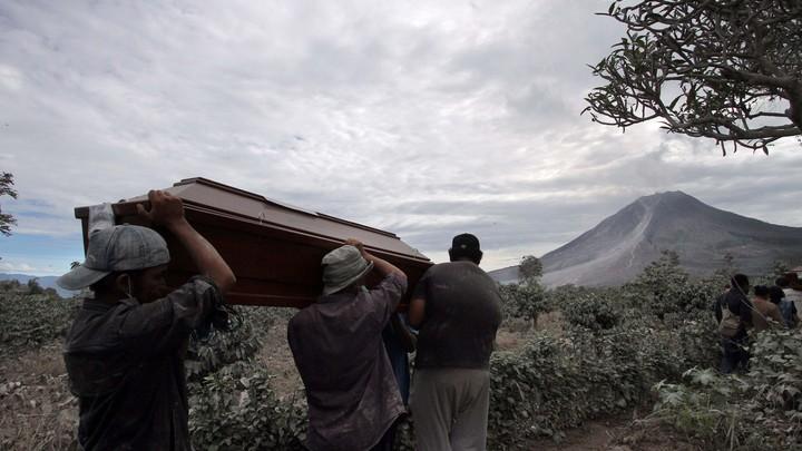 Погребли заживо? Таинственный кадр с похорон напугал очевидцев