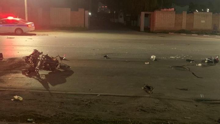 В Батайске скутерист погиб, врезавшись в кроссовер, его пассажир госпитализирован