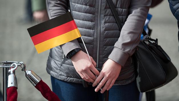 Канадцы приветствовали короля и королеву Бельгии немецким флагом