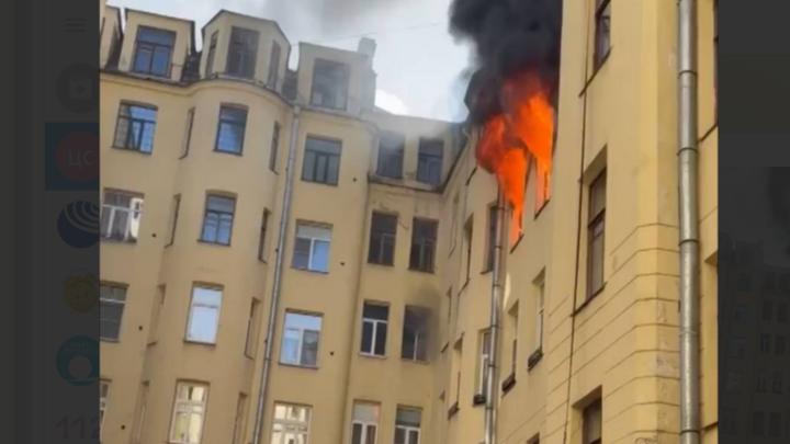 «Раздался хлопок и из окон вырвалось пламя». В центре Петербурга тушат доходный дом Урвича