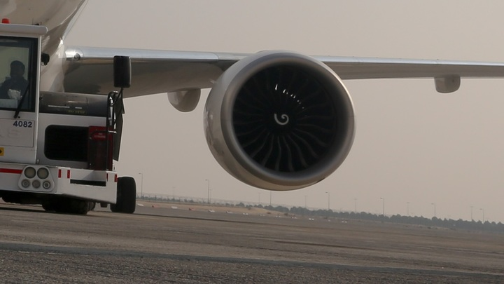 УBoeing 777 во время полета стал разваливаться двигатель - видео