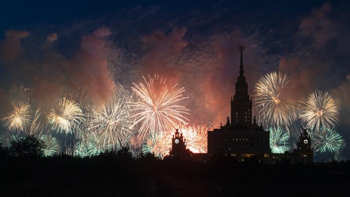 Салют в честь Дня защитника Отечества. Москва - прямая трансляция