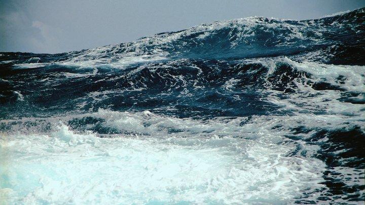 Сильный ветер и двухметровые волны: На Новороссийск надвигается непогода