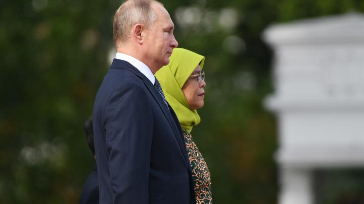 Путина попросили пройти через рамку металлоискателя насаммите вСингапуре