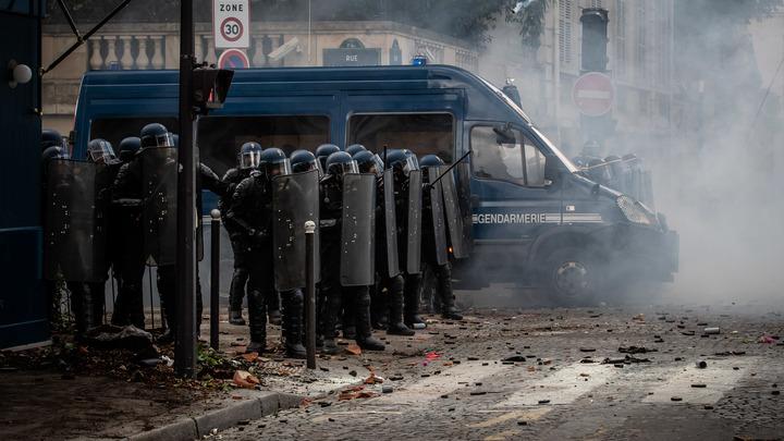 Полиция перешла к ответным действиям: Уличные бои в Париже попали на видео