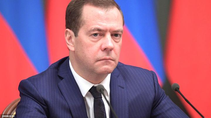 Медведев успокоил Грефа, чтобы у него коленки не тряслись
