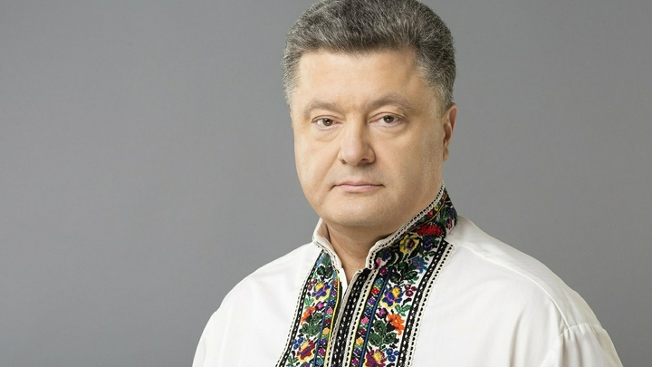 Очередной знак? В Донецке рядом с Порошенко упала в обморок девушка-солдат