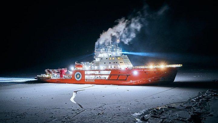 Отжатие Арктики детектед: В Сети оценили испытания в Петербурге мощнейшего ледокола в мире