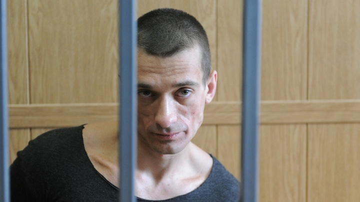 Павленский отомстил Франции за арест, похоронив карьеру любимчика Макрона