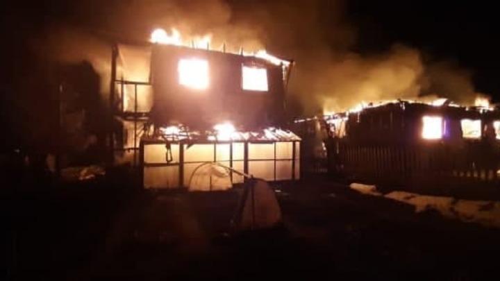 Два частных газифицированных дома сгорели под Новосибирском