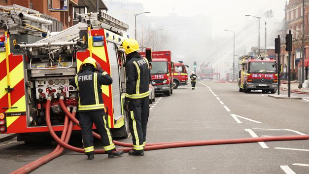 В британском Ноттингеме отменили все поезда из-за бушующего пожара