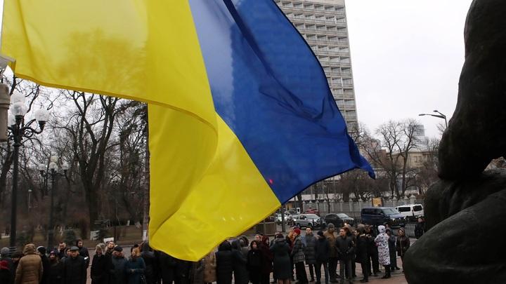 Лесик - чёрт: Украинские неонацисты вооружились яйцами, чтобы сорвать пикет в защиту русского зыка