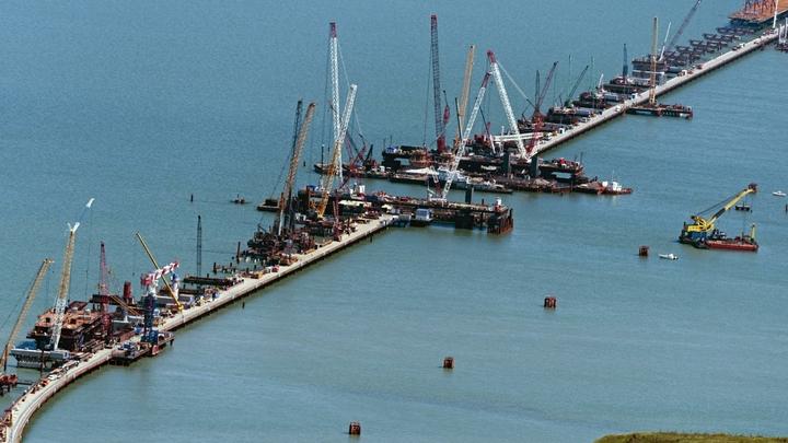 Строительство Крымского мостаперешагнуло свой экватор
