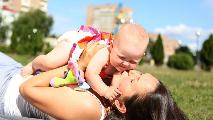 Поднялась температура, всё время плакала: Массажистка-самоучка сломала младенцу обе ноги