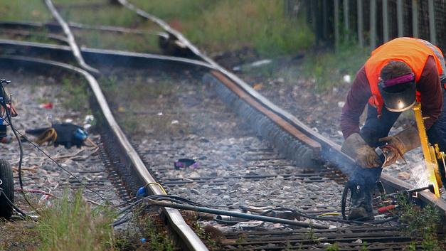 Набитый удобрениями товарняк сошел с рельсов под Одессой