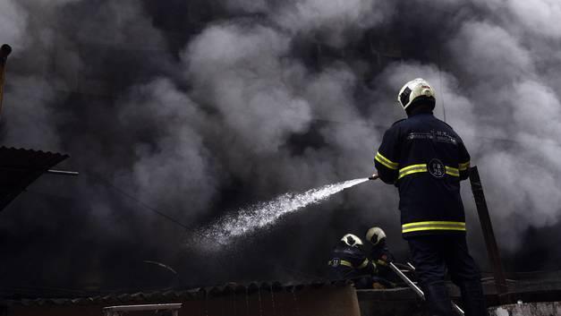Протаранил дом и убил пятерых: В Индии раскрыли подробности падения самолета в Мумбаи