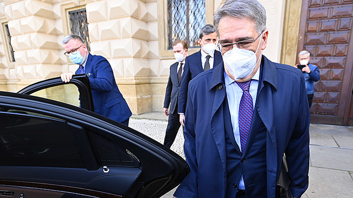 Табаки не унимается – из Чехии высылают ещё 22 русских дипломата и 48 техслужащих посольства