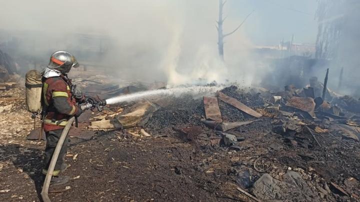 В Екатеринбурге горит Михайловское кладбище