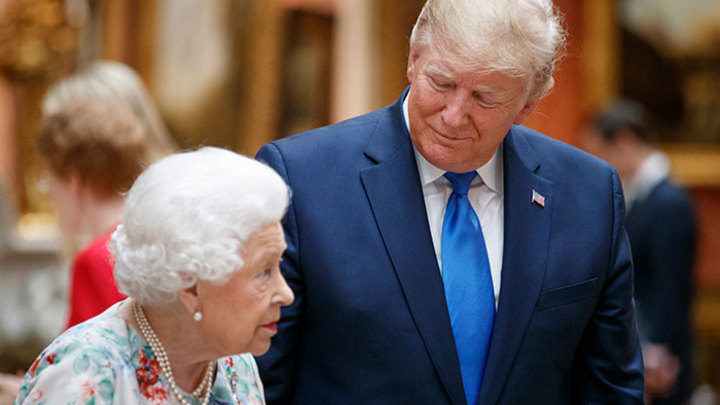 Подмигивания, поглаживания и опоздания. Как президенты США обижали Елизавету II