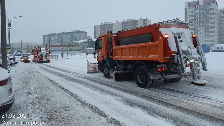 25 сантиметров за два дня: тысячи дворников чистят Санкт-Петербург от снега